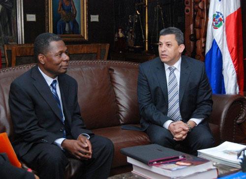 Los directores de aduanas de la República de Haití y República Dominicana, Jean Baptiste Fresnel y Fernando Fernández, respectivamente.