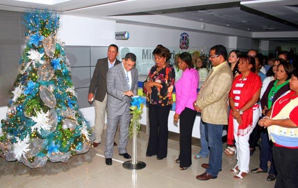 El director de Aduanas Fernando Fernández, en el momento en que encendía el arbolito y daba inicio formal a la navidad en la institución.