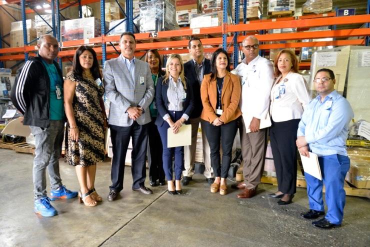 F-1.- Dr. Max De Soto, Viceministro de la Presidencia, junto a Keren Rodríguez, y los representantes de los hospitales que recibieron el donativo .
