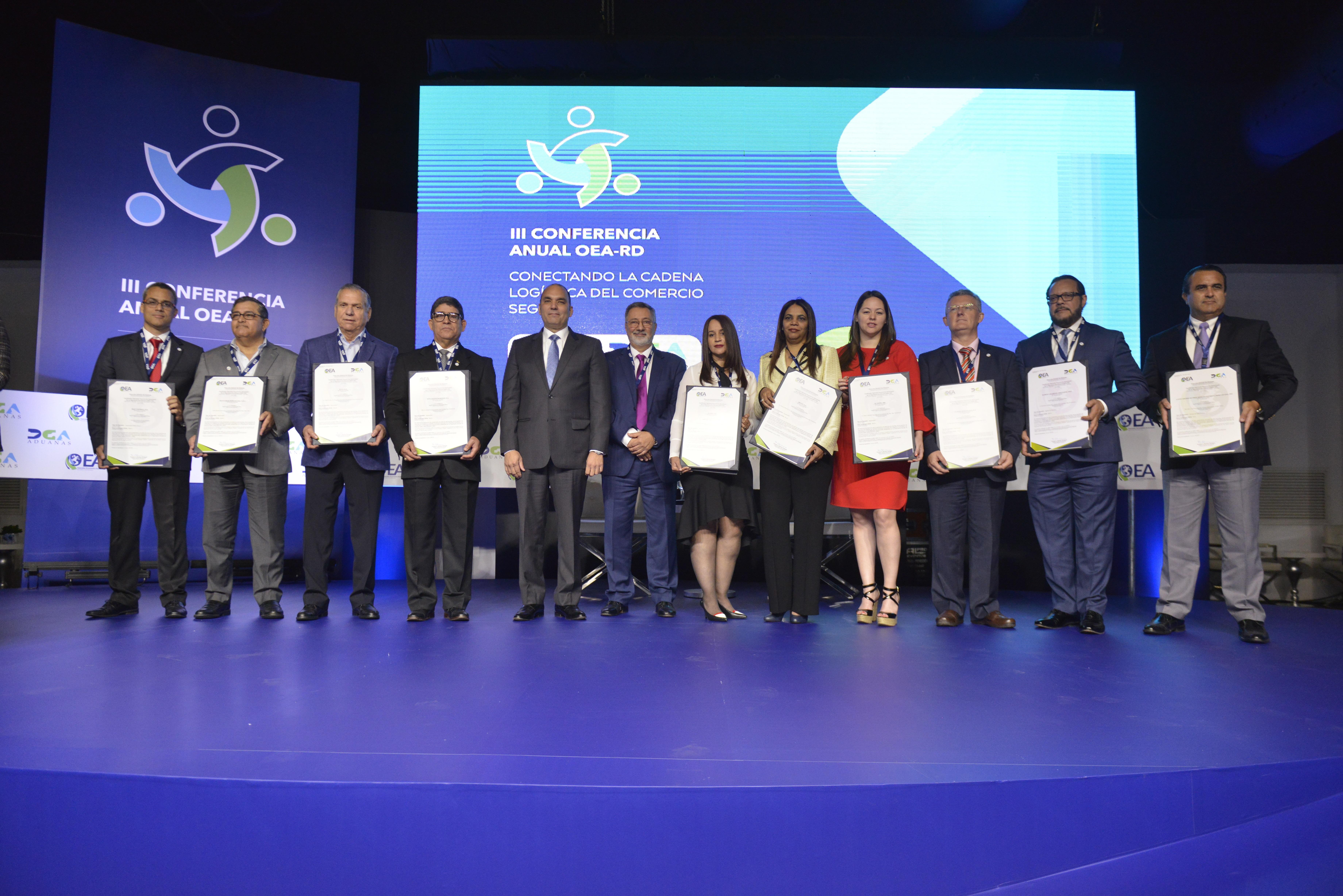 Representantes de las 9 empresas certificados por primera vez como OEA.