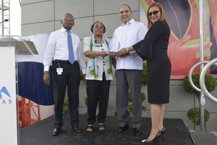 FOTO 2-Colaboradores Administración Aduanas Haina Oriental entregan reconocimiento al titular de la DGA.