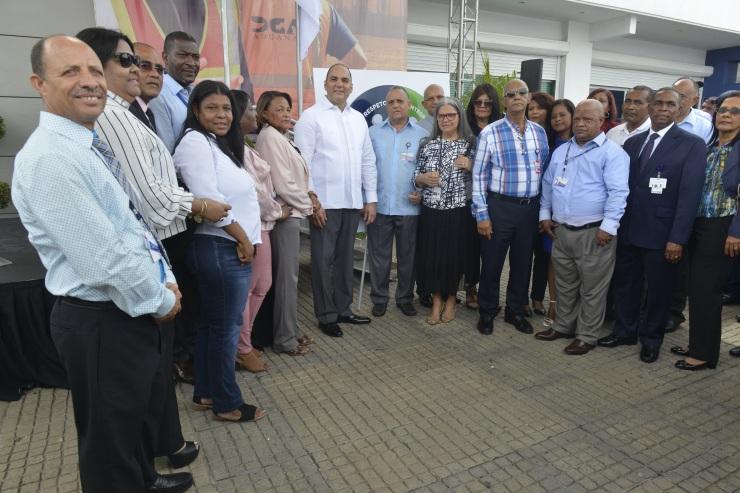 FOTO 3-Colaboradores Aduanas recibieron Medalla al Mérito junto al Director de Aduanas.