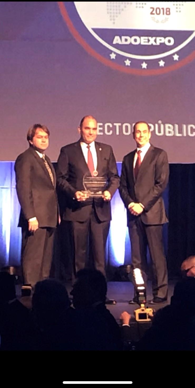 Enrique Ramírez P. recibe  en nombre de la DGA elGran Premio a la Excelencia Exportadora.jpg