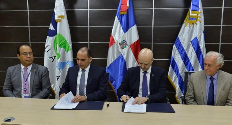 FOTO 1-Enrique Ramirez y Antonio Carambula firman acuerdo de cooperacion tecnica entre DGA y Aduana Uruguay. .jpg