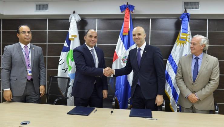 FOTO 2-Director de Aduanas y Dir. Ejecutivo Uruguay XXI estrechan manos al formalizar acuerdo..jpg