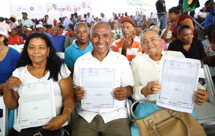presidente-medina-entrega-mas-de-3000-certificados-de-titulos-en-el-seibo-y-hato-mayor-1-1024x653