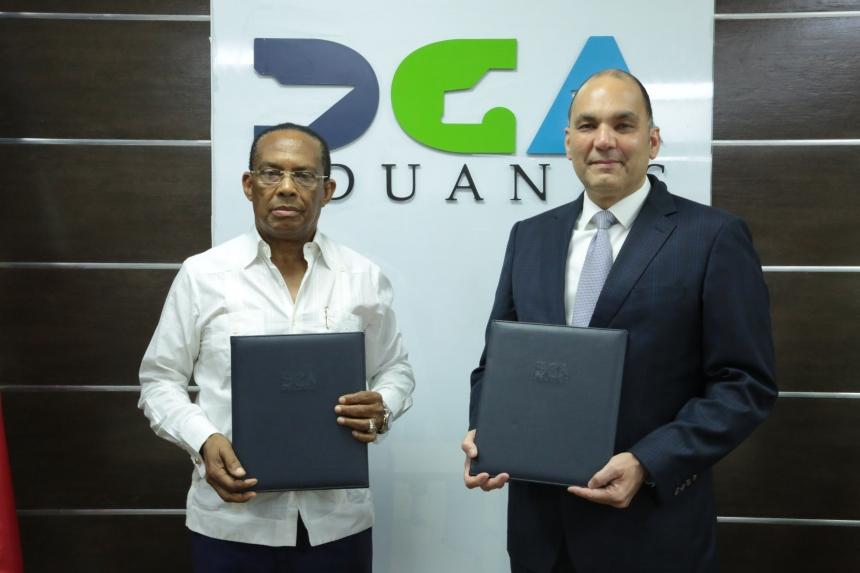 Enrique A. Ramírez Paniagua, director general de Aduanas, y Eddy García, presidente del Consejo e Directores de Anamara, tras la firma del convenio..JPG
